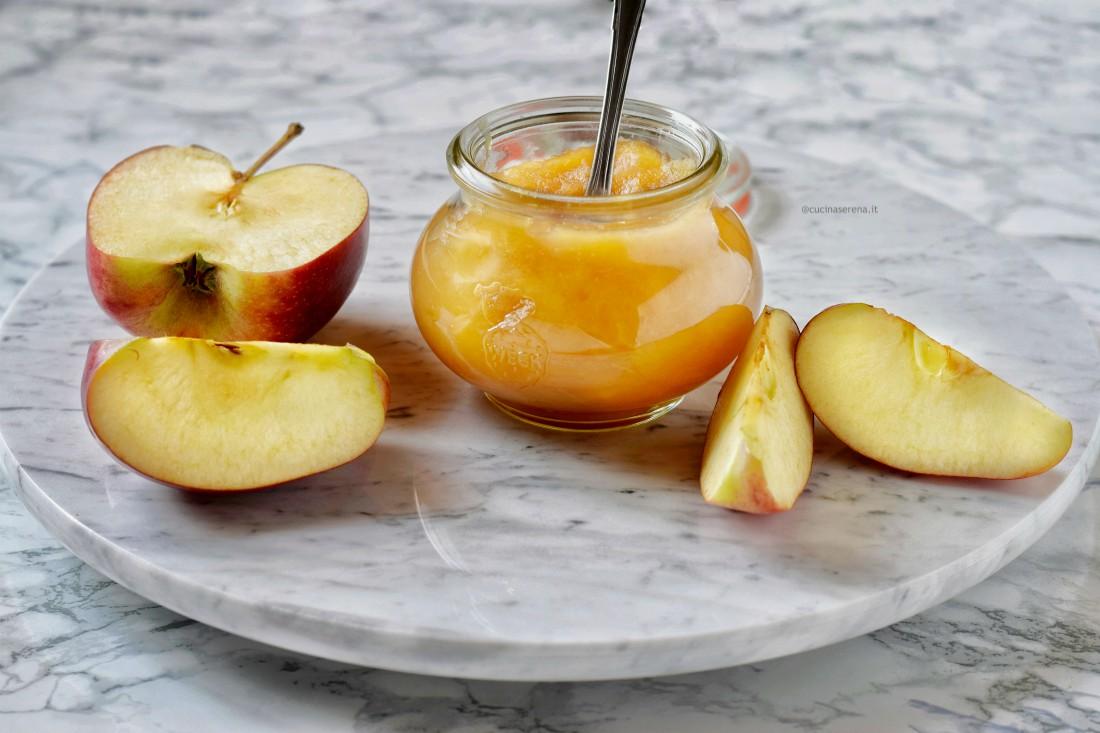 apple butter burro di mele è una sorta di composta fatta cuocendo le mele in acqua e zucchero o sciroppo d'agave fino a quando non diventa densa e burrosa da cui il nome di apple butter
