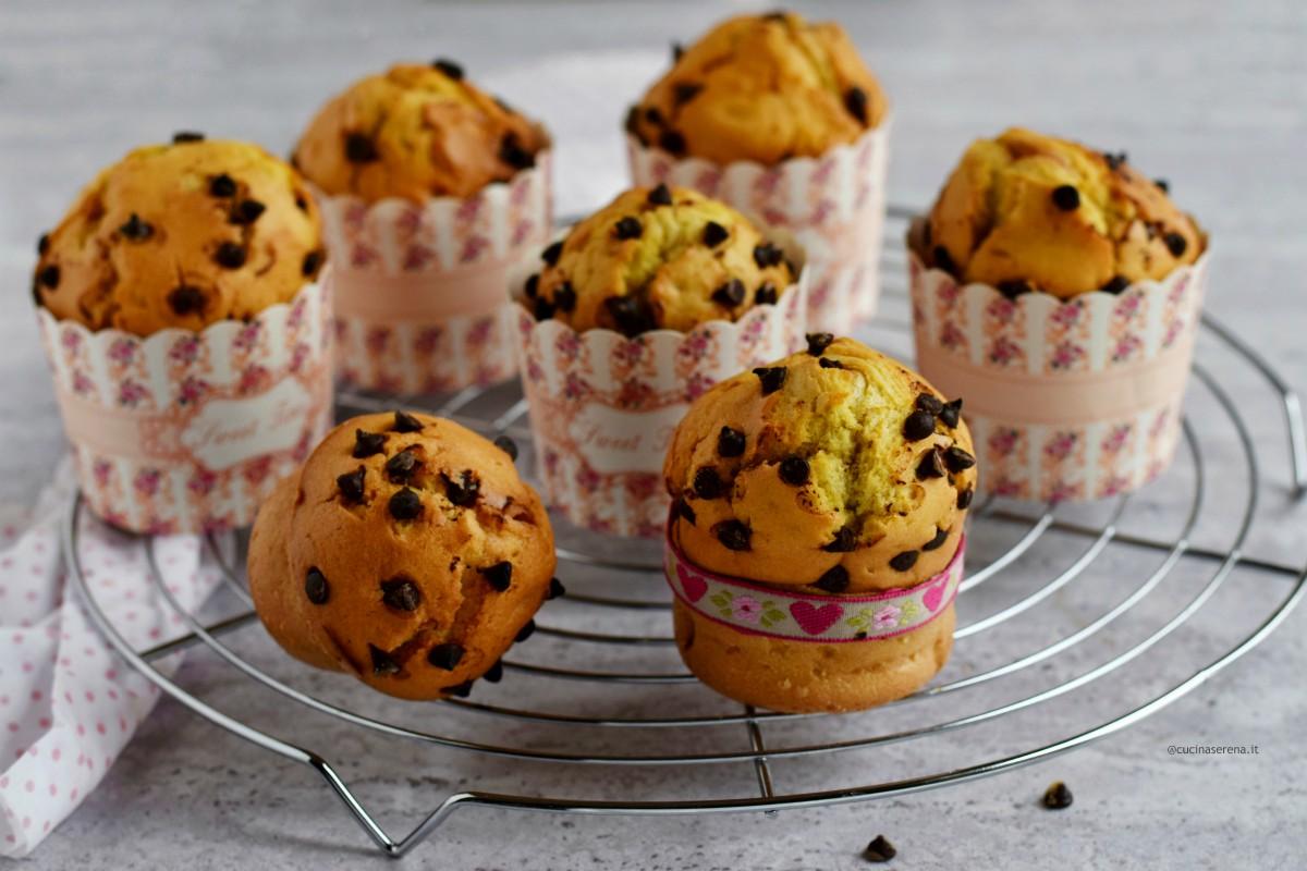 Muffin all'olio con gocce di cioccolato serviti in pirottini rigidi monoporzione con la scritta sweet time