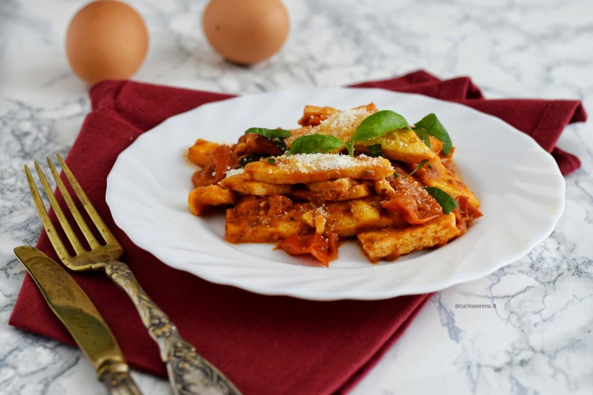 trippa di uova sono streiscette di frittata cotte nell'uovo e servite con il pecorino che rievocano la trippa romana