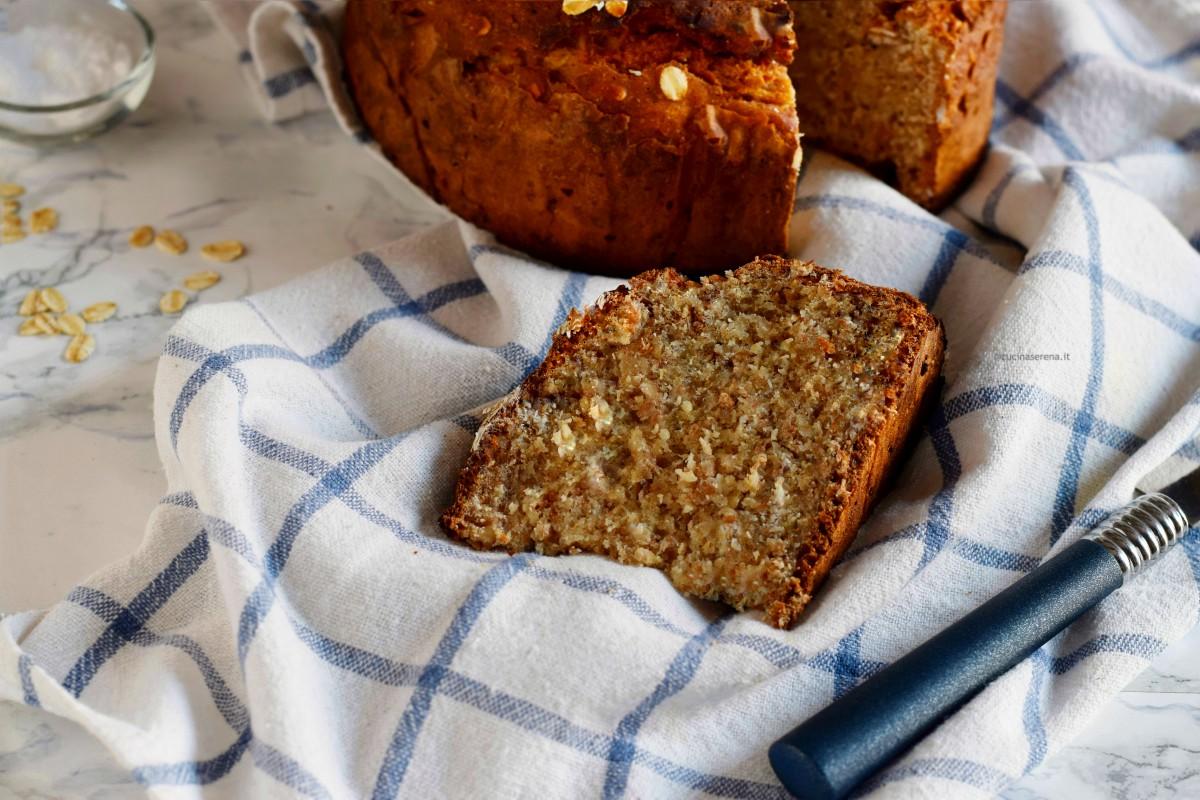 Brown soda bread , soda bread scuro con farina integrale , nella foto una fetta in primo piano e sullo sfondo la pagnotta tagliata