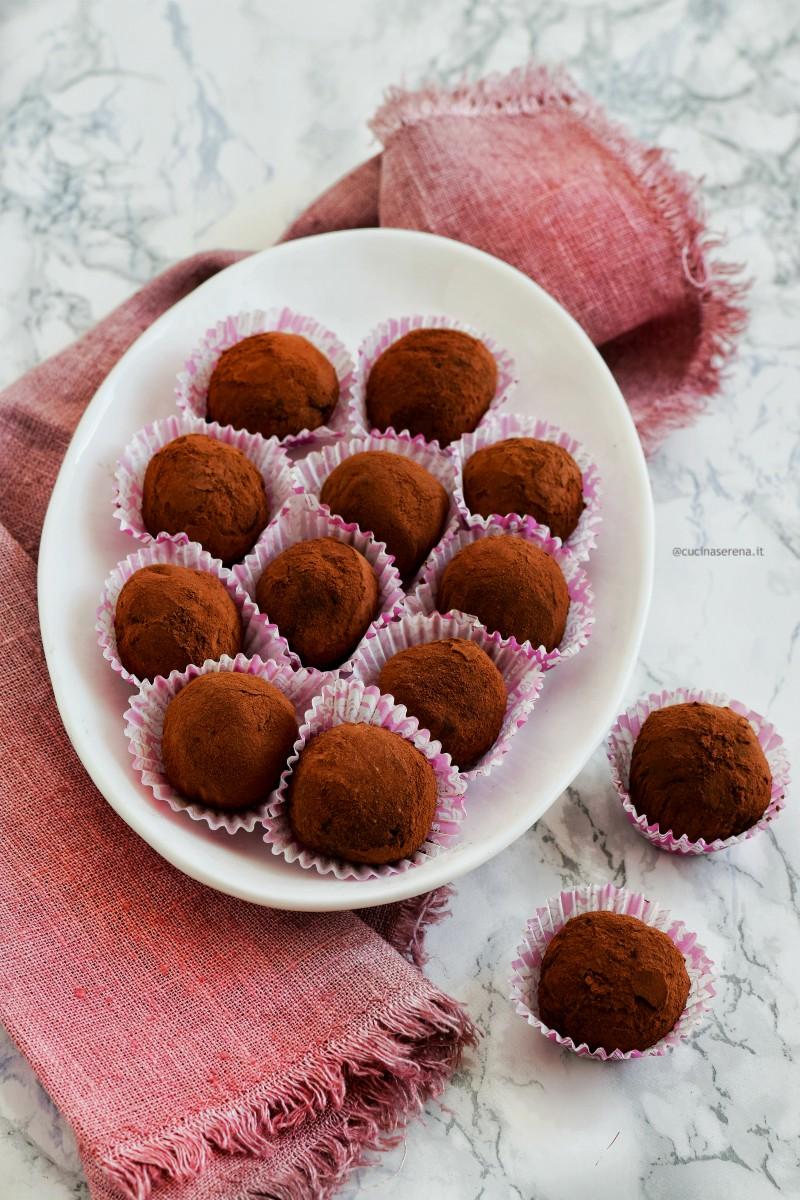 tartufini al cioccolato fondente con avocado al posto del burro con polvere di lamponi, vegan gluten e dairy free