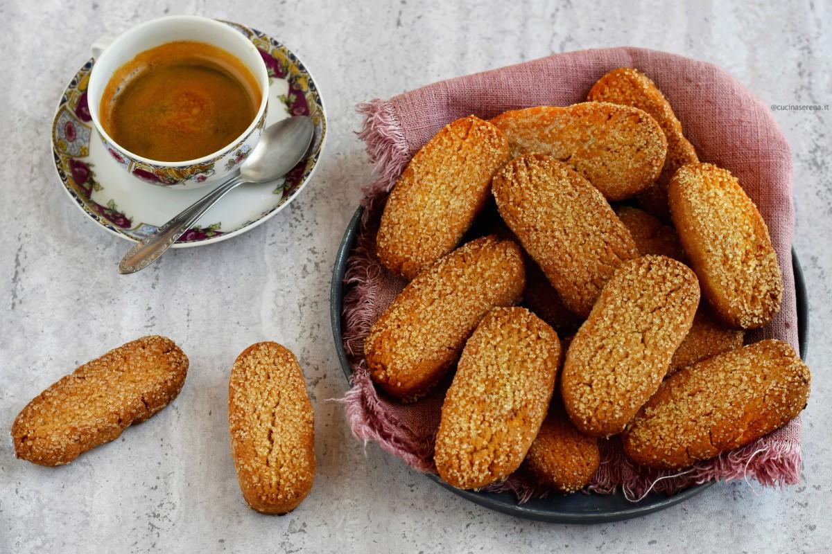 Biscotti senza burro e senza uova - biscotti poverelli perchè fatti con ingedienti semplici e dalle fatteze irregolari
