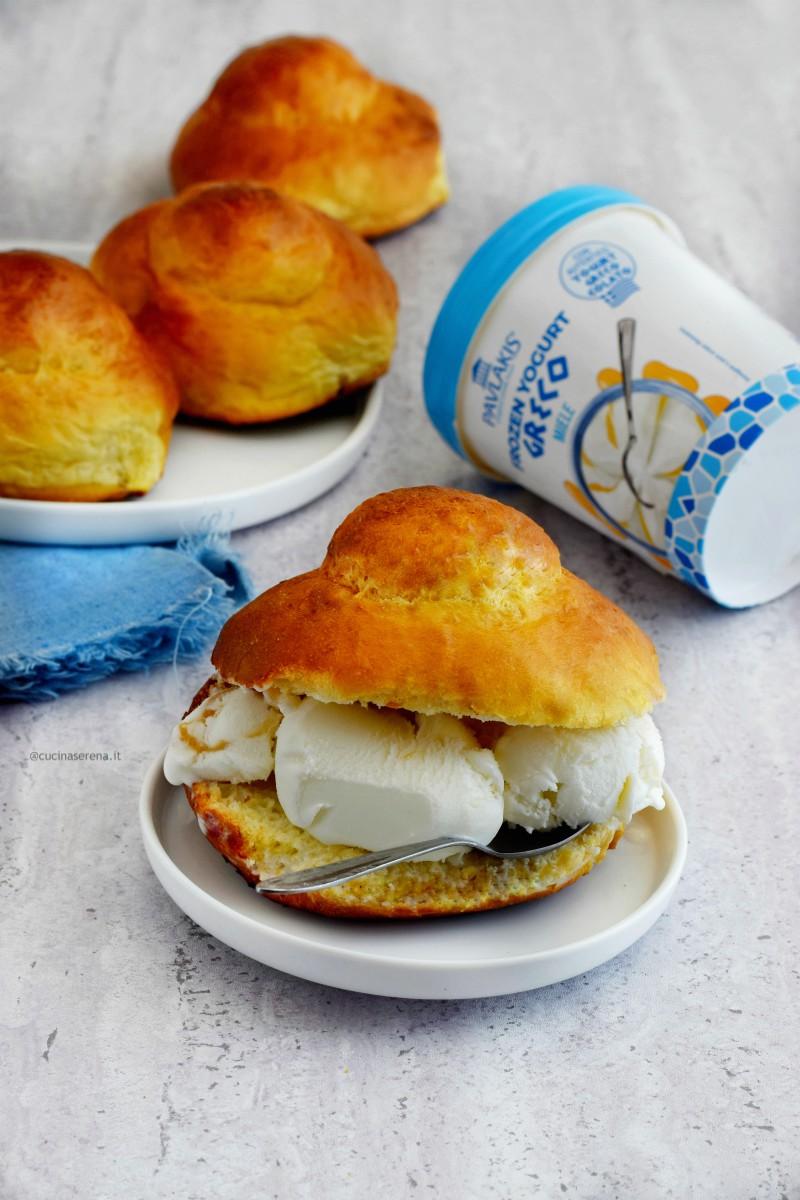Brioche sicliliana col tuppo farcita con gelato frozen yogurt Pavlakis