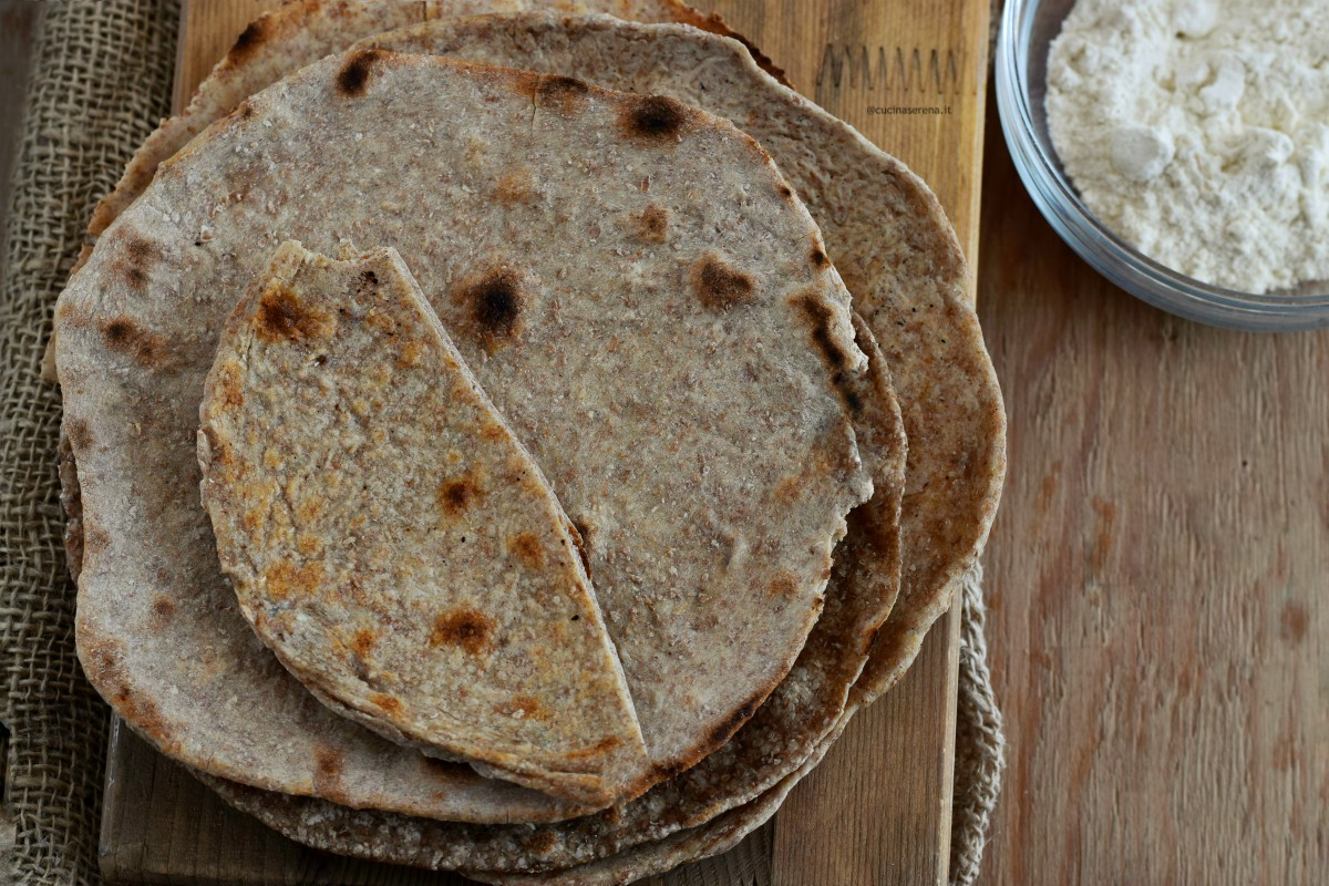 Chapati pane indiano fatto con farina integrale, sale e acqua dall'aspetto simile a una piadina e cotto su pentola rovente
