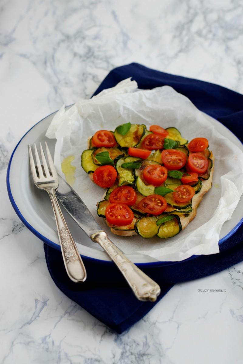 Petto di tacchino al cartoccio in padella con zucchine e pomodorini - ricetta light