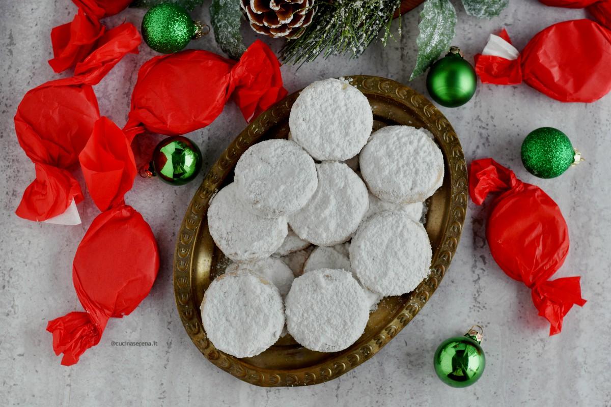 Polvorònes dolcetti natalizi spagnoli, sono biscotti senza uova fatti con farina di mandorle , strutto, liquore d'anice
