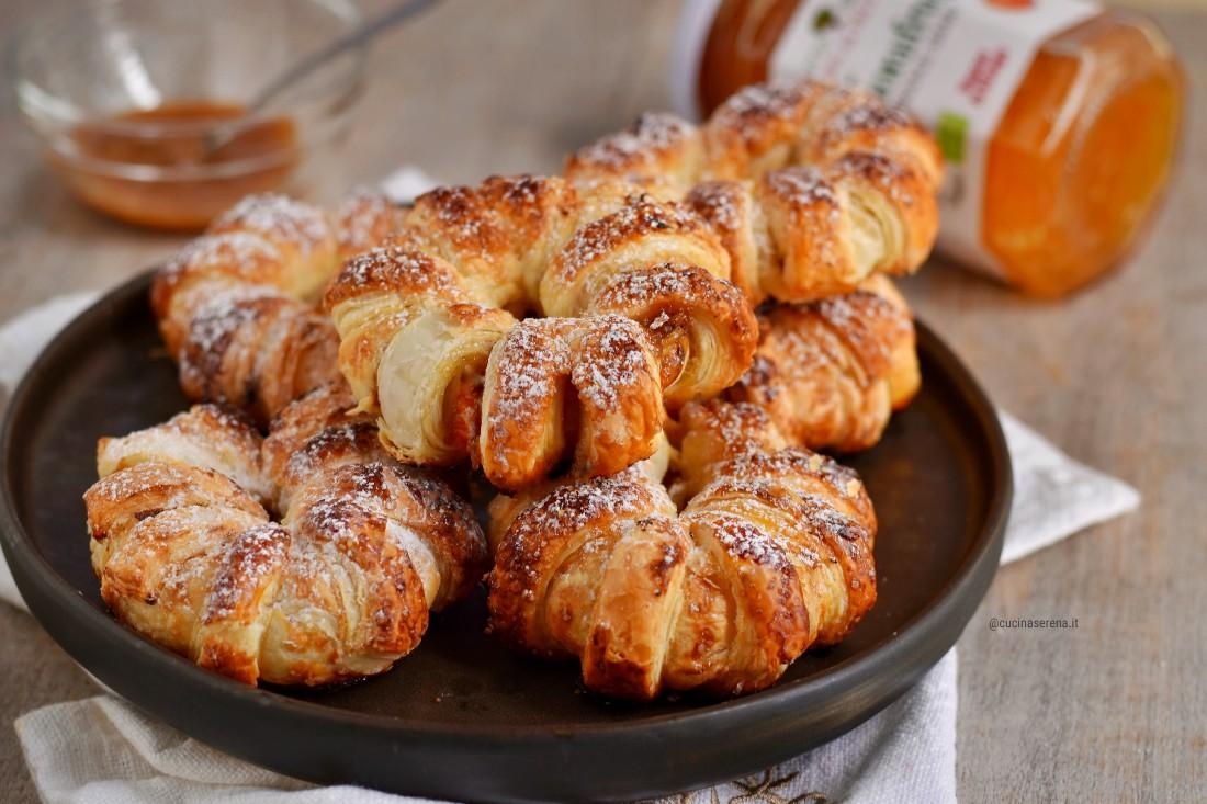 Anelli di pasta sfoglia ripieni di arancia di marmellata di arance amare Rugoni di Asiago