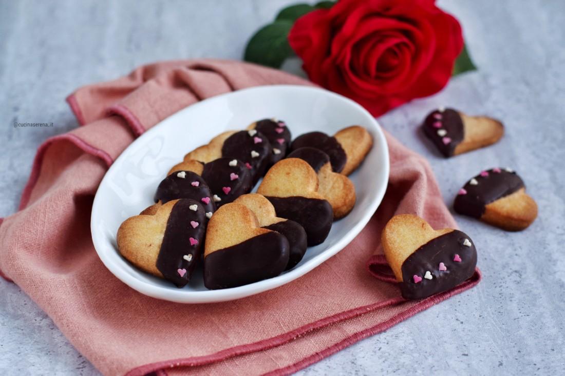 Biscotti di frolla a cuore ricoperti di cioccolato