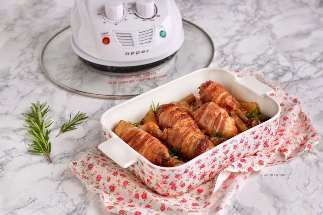 Fusi di pollo avvolti da bacon e cotti al forno con patate alla paprika