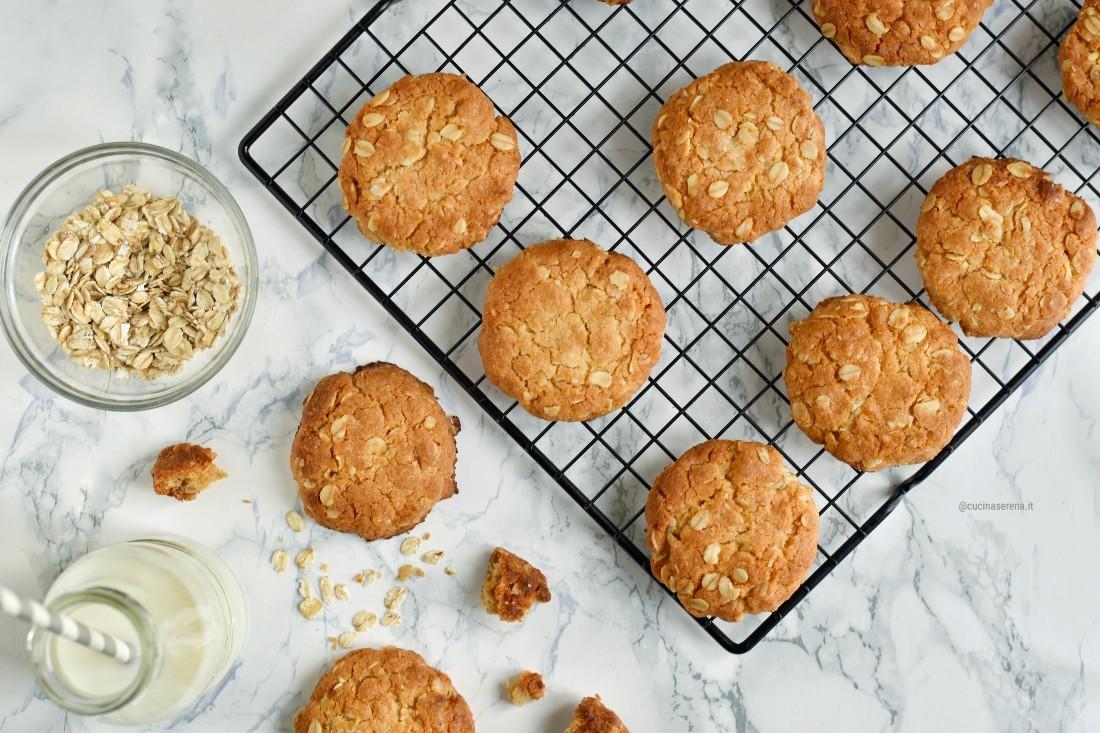 Anzac biscotti australiani all'avena, cocco disidratato, miele e burro senza uova