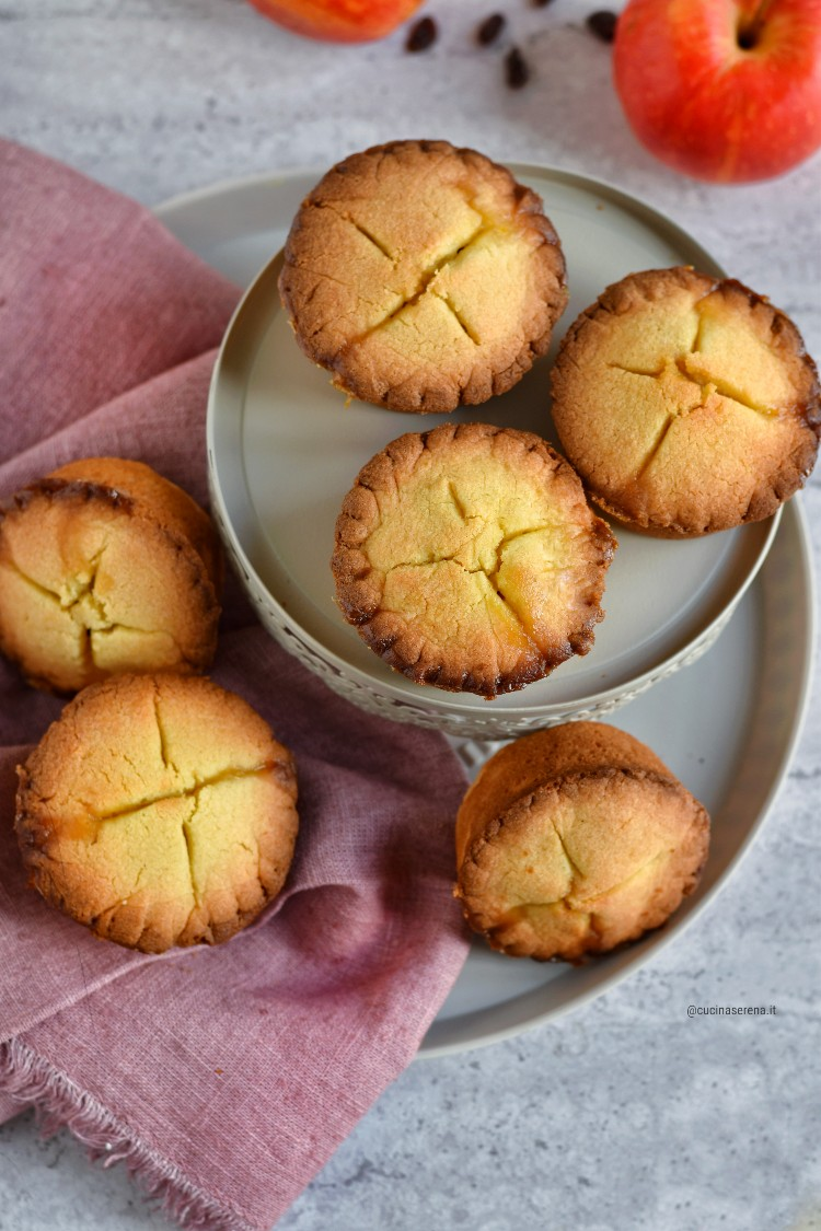 crostatine farcite con mele caramellate. uvetta e confettura di agrumi e zenzero