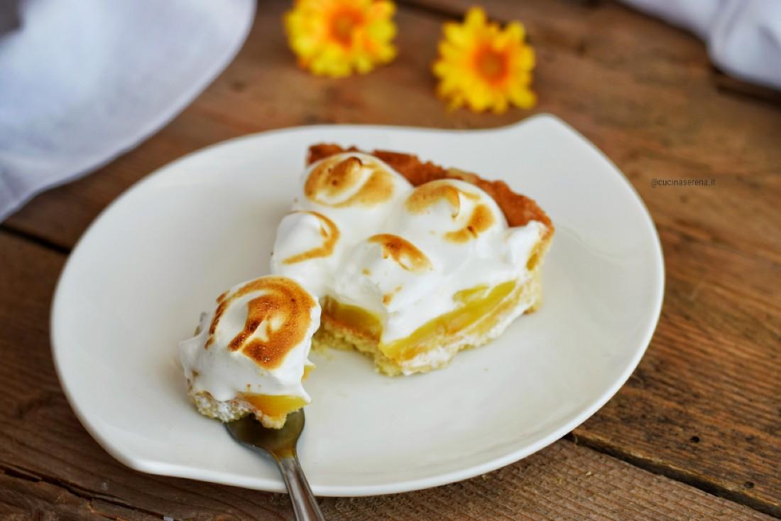 Crostata meringata al limone - nella foto fetta con la punta tagliata da una forchetta