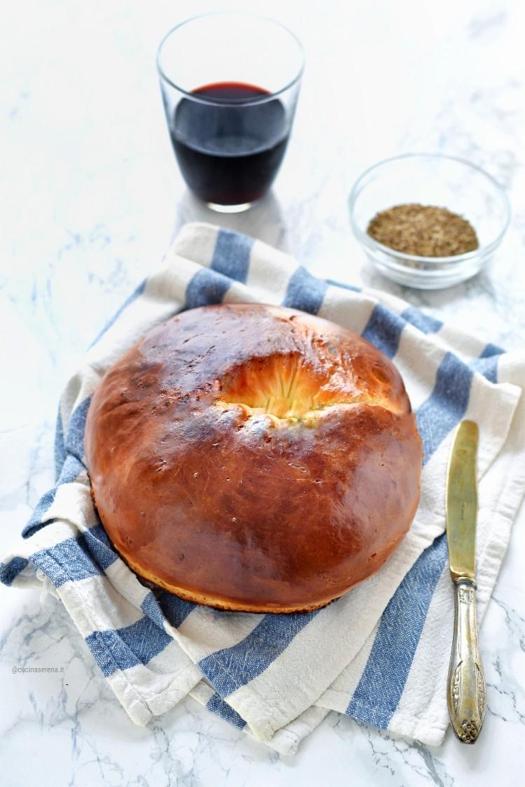 Biscotto di mezz'agosto è un dolce a forma di ciambella nella foto presentato su un canovaccio con due fette tagliate