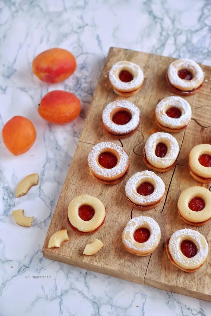 occhio di bue biscotti pasticcino: doppio biscotto con foro nel centro farcito con confettura di albicocche