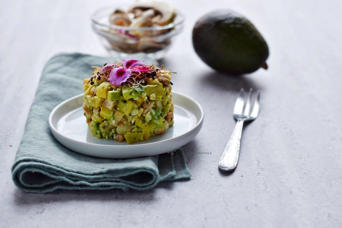 Tartare di avocado, funghi champignon, anacardi e semi di canapa decorata con germogli e fiori eduli