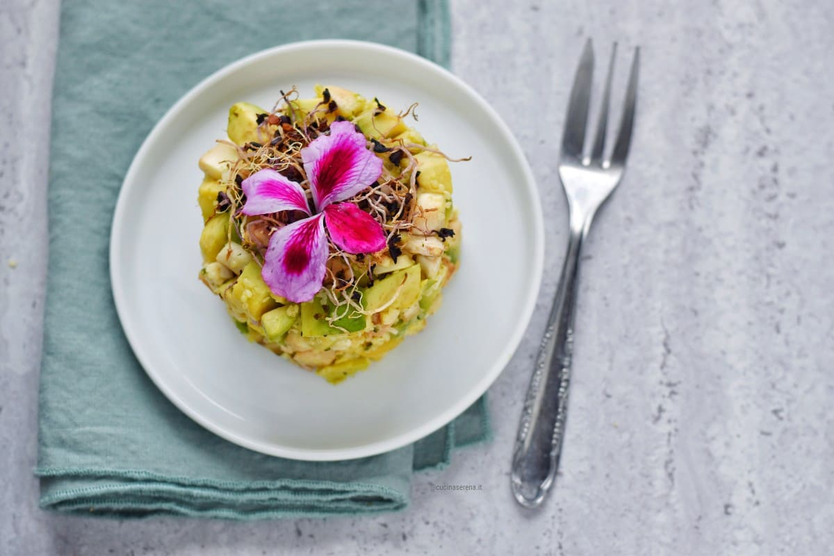 Tartare di avocado, funghi champignon, anacardi e semi di canapa decorato con germogli di erba cipollina